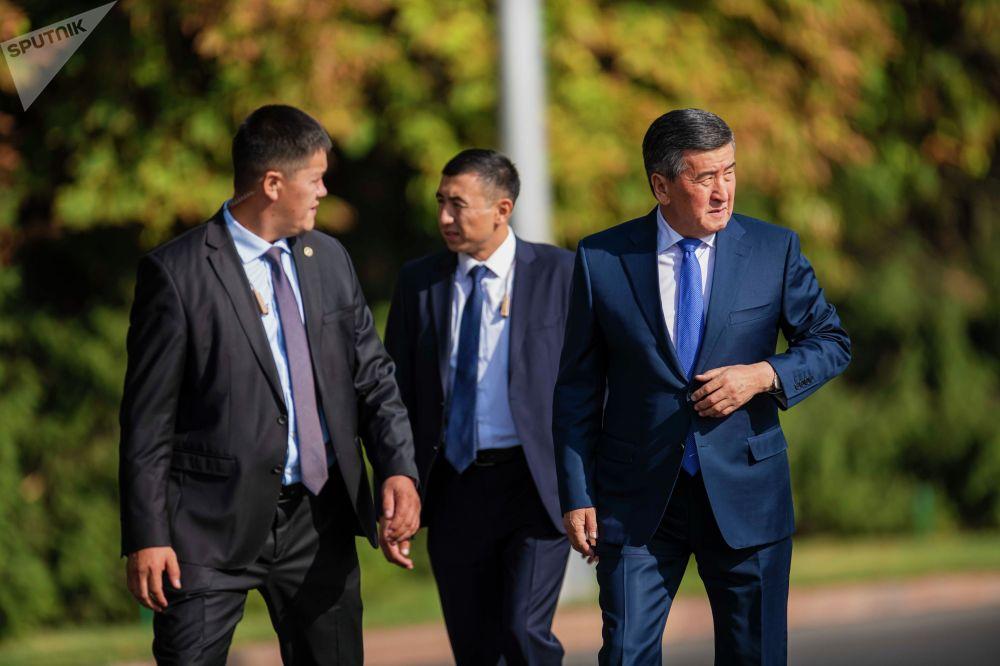Экс-президент Сооронбай Жээнбеков в сопровождении телохранителей на мероприятиии в честь 30-летия независимости КР