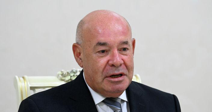 Сопредседатель правления МФГС государств-участников СНГ Михаил Швыдкой во время получения награды от президента КР. 31 августа 2021 года