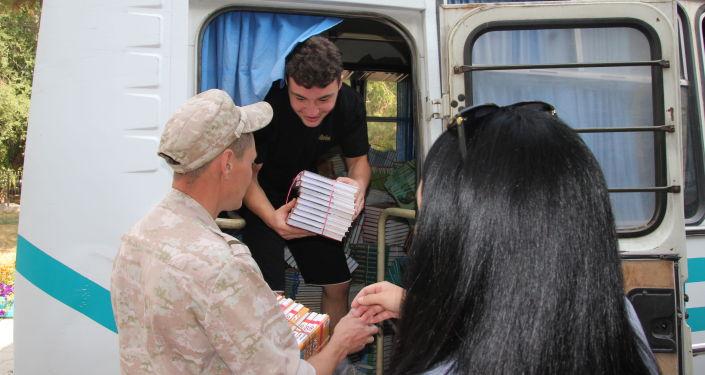 Военнослужащие российской военной базы Кант в преддверии начала учебного года передали 4 500 учебников по гуманитарным, естественным и точным дисциплинам школе-гимназии № 1 имени Д. П. Зубкова в Канте