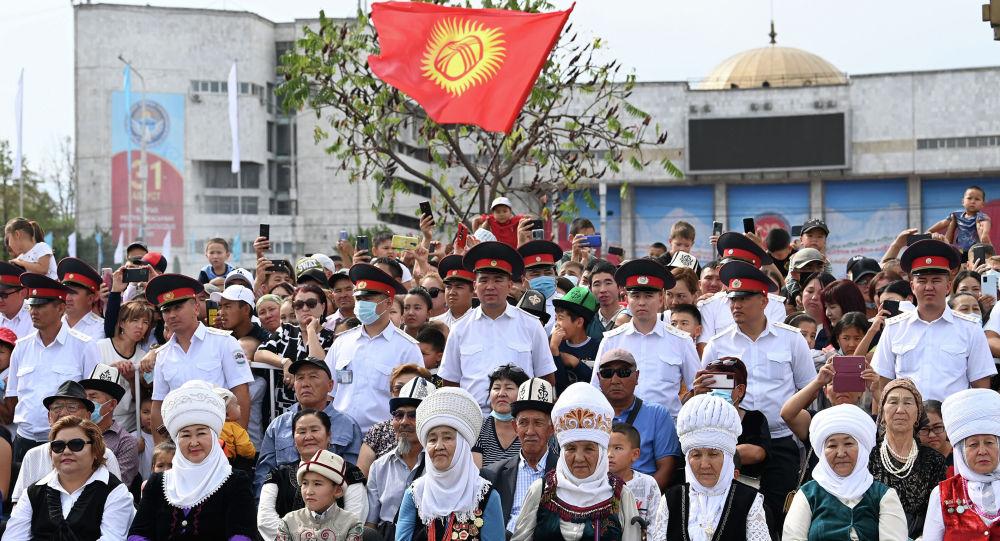 Люди на церемонии празднования 30-летия Дня независимости Кыргызстана на площади Ала-Тоо в Бишкеке. Архивное фото