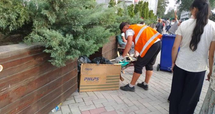 С площади Ала-Тоо в центре Бишкека после празднования Дня независимости и народных гуляний вывезли четыре тонны мусора
