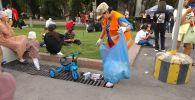 Уборка площади Ала-Тоо после празднования Дня независимости