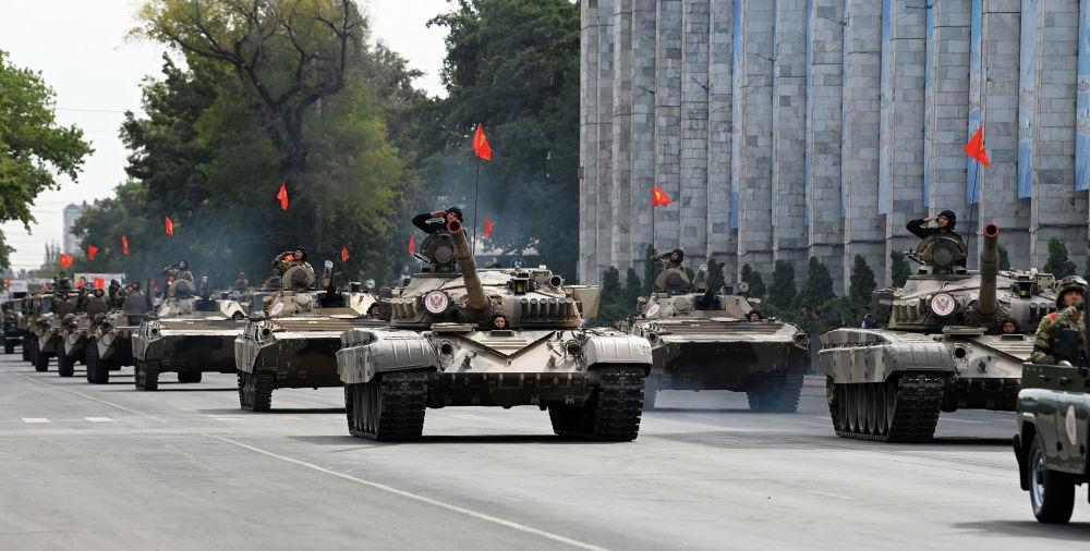Бишкектин Ала-Тоо аянтында өткөн Кыргызстандын эгемендүүлүгүнүн 30 жылдыгына арналган аскердик парадга чыккан Т-72 танкалары Аскердик парадга Коргоо министрлигинин, УКМКнын Чек ара кызматынын, Улуттук гвардиянын, Абадан коргонуу күчтөрүнүн, Өзгөчө кырдаалдар министрлигинин, ИИМдин аскерлери жана милиция кызматкерлери катышты. Катышуучулардын жалпы саны эки миң адамды түздү