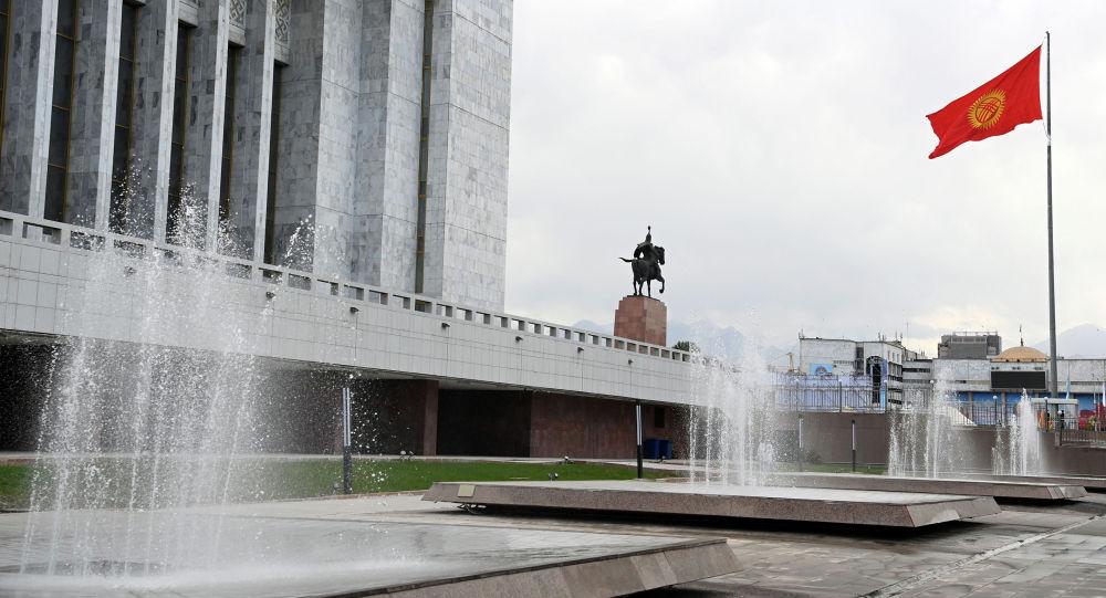 Фонтаны на территории Государственного исторического музея в Бишкеке