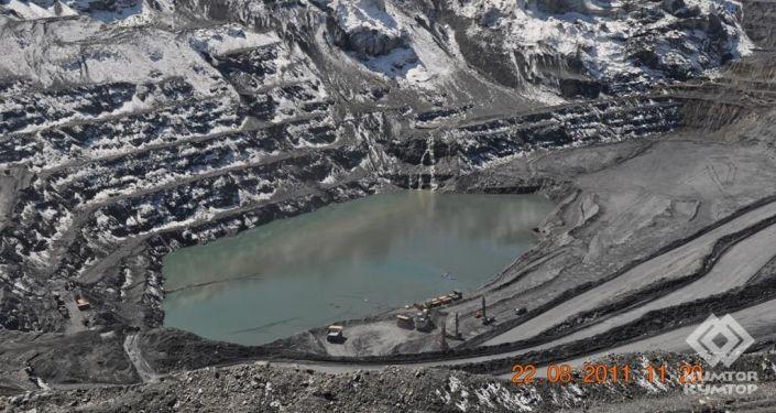 Карьер золоторудного месторождения Кумтор