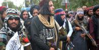 Боевики Талибана собираются на улице во время митинга в Кабуле