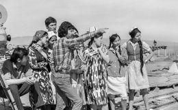 Кинооператор Мурат Алиев, режиссер Геннадий Базаров (в центре ), народный артист КР Чоро Думанаев (на заднем фоне) в Ноокатском районе. Ошской области, 1972 год