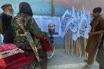 Члены сил Талибана смотрят на своего лидера, муллу Хайбатуллу Ахундзаду в Кабуле (Афганистан).  25 августа 2021 года
