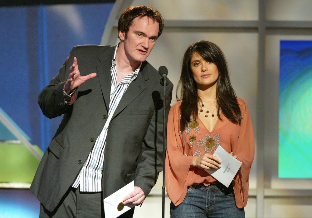 Режиссер Квентин Тарантино (слева) и актриса Сальма Хайек вручают премию на фестивале в Санта-Монике, 2005 год