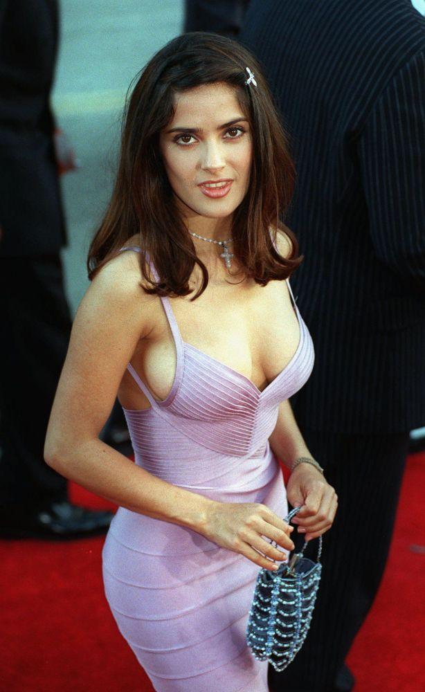 Актриса Сальма Хайек позирует фотографам на премьере фильма Смертельное оружие 4 у Китайского театра Манна в Лос-Анджелесе. 07 июля 1998 года.