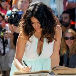 Сальма Хайек подписывает Городскую книгу во время фотосессии на 38-м Американском кинофестивале в Довиле (Франция)