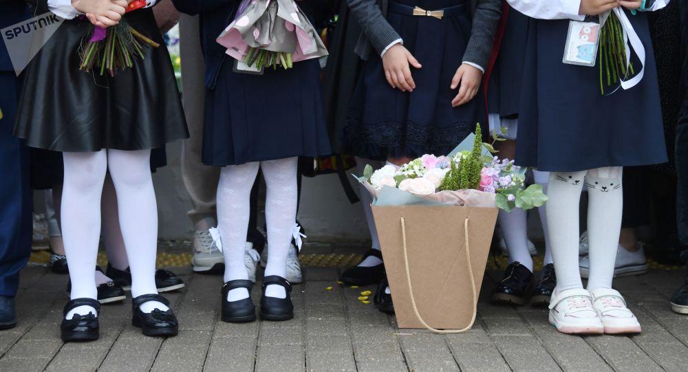 Первоклассники во время торжественной линейки. Архивное фото