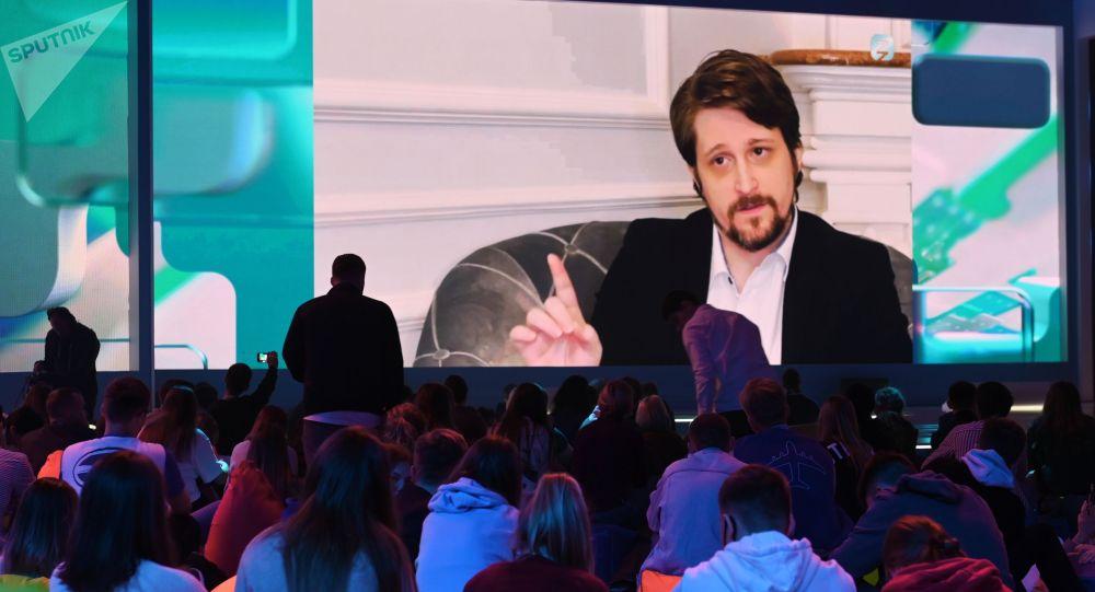 Экс-сотрудник американских спецслужб Эдвард Сноуден во время выступления (на экране) в рамках II просветительского марафона Новое Знание.