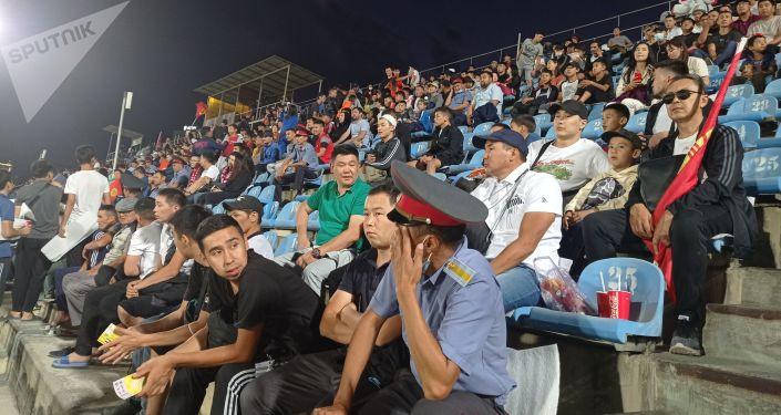 Болельщики сборной Кыргызстана на стадионе имени Долона Омурзакова в Бишкеке перед матчем Кыргызстан — Палестина в рамках Кубка трех наций. 02 сентября 2021 года