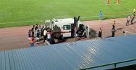 Карета скорой помощи на стадионе имени Долона Омурзакова в Бишкеке перед матчем Кыргызстан — Палестина в рамках Кубка трех наций. 02 сентября 2021 года