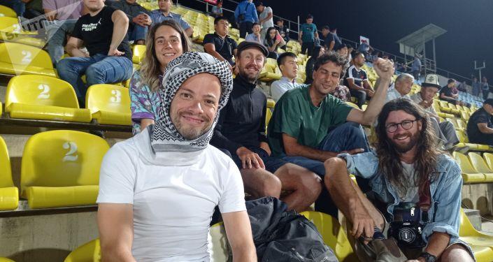 Болельщики сборной палестины на стадионе имени Долона Омурзакова в Бишкеке перед матчем Кыргызстан — Палестина в рамках Кубка трех наций. 02 сентября 2021 года