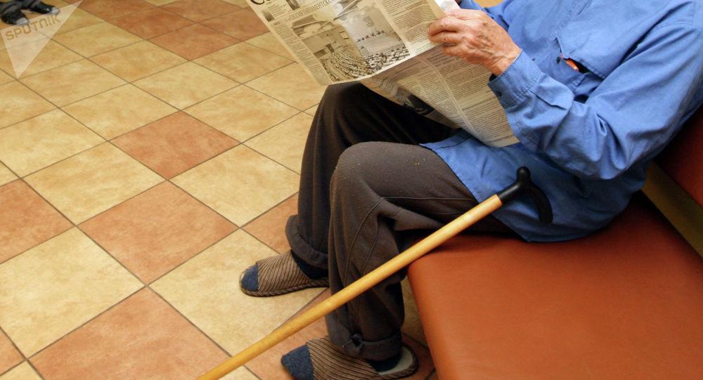 Газета окуп жаткан кары адам. Архив