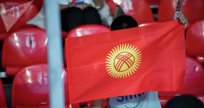 Болельщик сборной Кыргызстана на стадионе имени Долона Омурзакова в Бишкеке перед матчем Кыргызстан — Палестина в рамках Кубка трех наций. 02 сентября 2021 года