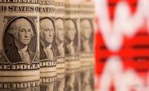 Банкноты в один доллар США видны перед графиком. Архивное фото