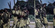 Пуштундар Афганистандын эгемендүүлүгүнө карата арналган парадда басып бара жаткан учур. Кабул, 1964-жыл