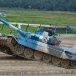 Кыргызстандык аскер кызматкерлеринин командасынын Т-72В3 танкасы Москва облусунун Алабино полигонунда өткөн Танк биатлону-2021 мелдешинин финалындагы сүрөтү.