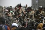 Американские солдаты стоят на страже возле военной части аэропорта в Кабуле