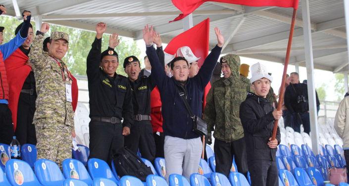 Болельщики сборной Кыргызстана во время финальных соревнований танковых экипажей в рамках конкурса Танковый биатлон-2021 на полигоне Алабино в Подмосковье