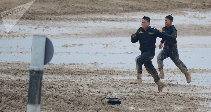 Военнослужащие команды Кыргызстана во время финальных соревнований танковых экипажей в рамках конкурса Танковый биатлон-2021 на полигоне Алабино в Подмосковье в рамках VII Армейских международных игр АрМИ-2021.