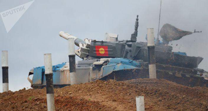 Танк Т-72Б3 команды военнослужащих Кыргызстана во время финальных соревнований танковых экипажей в рамках конкурса Танковый биатлон-2021 на полигоне Алабино в Подмосковье в рамках VII Армейских международных игр АрМИ-2021.