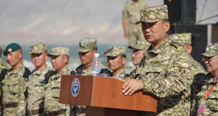 Министр обороны Кыргызстана Таалайбек Омуралиев во время командно-штабных мобилизационных учений Юг-2021 в Баткенской и Ошской областях