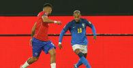 Бразильский игрок Неймар (справа) и Энцо Роко из Чили соперничают за мяч во время квалификационного матча по футболу в Южной Америке на чемпионат мира по футболу в Катаре 2022 года на стадионе Monumental в Сантьяго. 2 сентября 2021 года