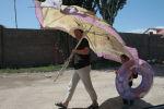 Ысык-Көлдө зонт кармаган аял. Архивдик сүрөт