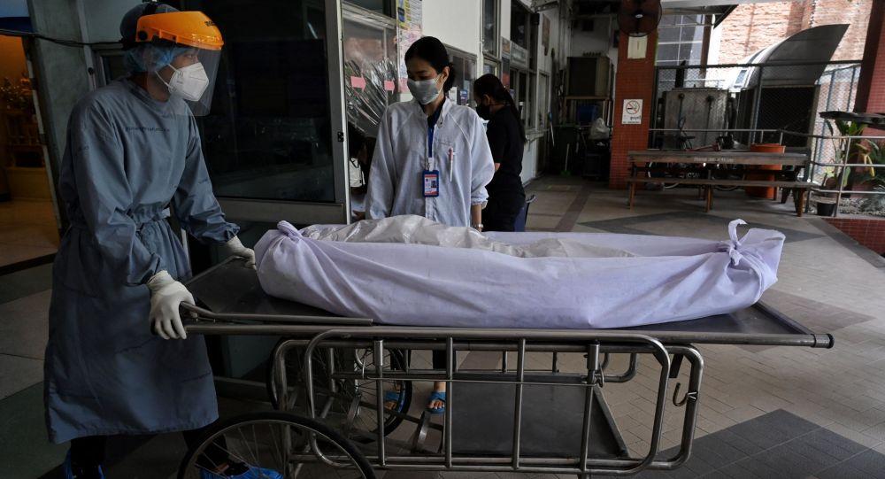 Работники больницы перемещают тела умерших от COVID-19. Архивное фото