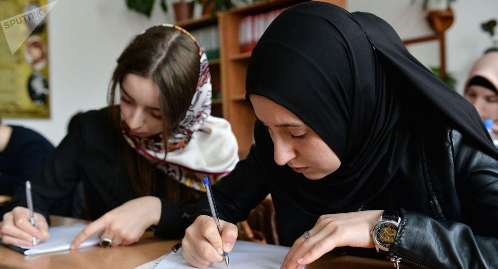 Девочки в школе во время занятий. Архивное фото