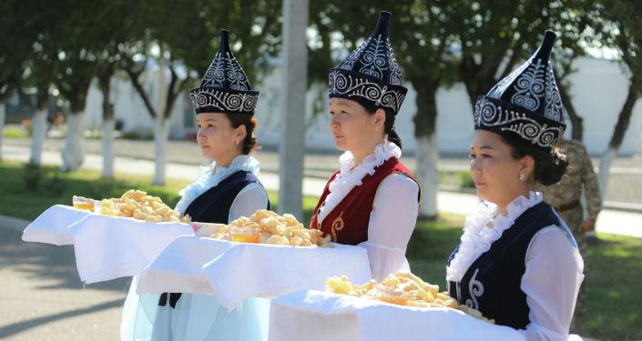 Девушки в национальных костюмах на совместных учениях Рубеж-2021 на полигоне Эдельвейс в Кыргызстане. 05 сентября 2021 года