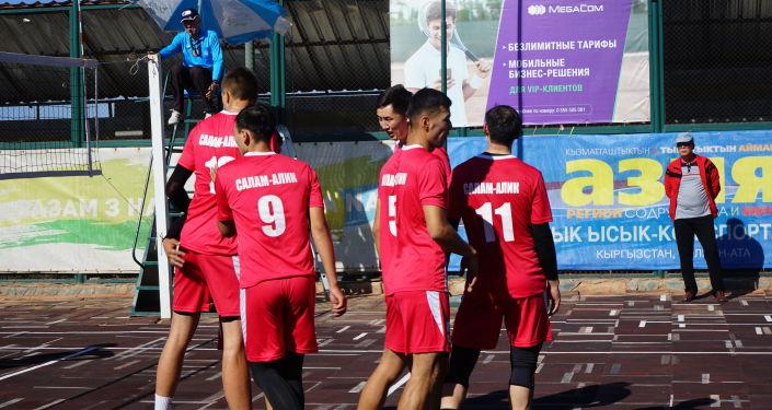 Участники во время волейбольного матча на ХХ Международных иссык-кульских играх в селе Бактуу-Долоноту. 05 сентября 2021 года