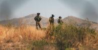 Cолдаты морской пехоты США обеспечивают безопасность во время эвакуации в аэропорту в Кабуле