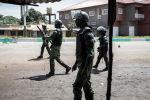 Полиция кызматкерлери Конакридеги массалык нааразылык акциялары учурунда. Архив