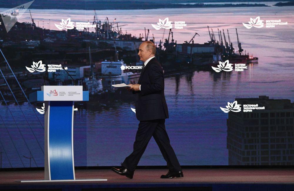 Россиянын президенти Владимир Путин Владивостокто өткөн Чыгыш экономикалык форумунун алкагындагы пленардык отурумда