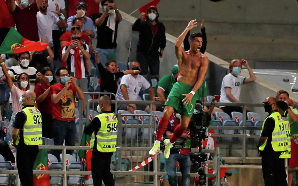 Футбол боюнча Португалия курама командасынын чабуулчусу Криштиану Роналду 2022-жылы Катарда өтө турган дүйнө чемпионатына тандоо турунун алкагында Ирландиянын дарбазасына киргизген голун майрамдап жаткан чагы. Анын Португалия үчүн киргизген голу 111ге жетти. Муну менен оюнчу улуттук команданын сабында гол киргизүү көрсөткүчү боюнча Ирандын экс-форварды Али Даеинин рекордун (109гол) жаңылап, аны артта калтырды