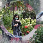 Москвадагы (Россия) Революция аянтында өткөн Цветочный джем фестивалында сүрөткө түшүп жаткан кыз