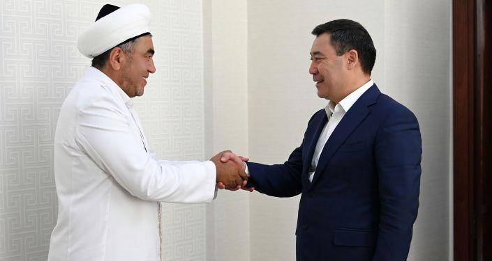 Президент Кыргызстана Садыр Жапаров во время встречи с муфтием Кыргызстана Замиром каары Ракиевым. 06 сентября 2021 года