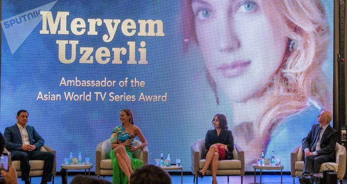 Звезда турецкого сериала Великолепный век Мерьем Узерли прилетела в Бишкек по приглашению Азиатского международного кинофестиваля, для презентации премии для телесериалов.
