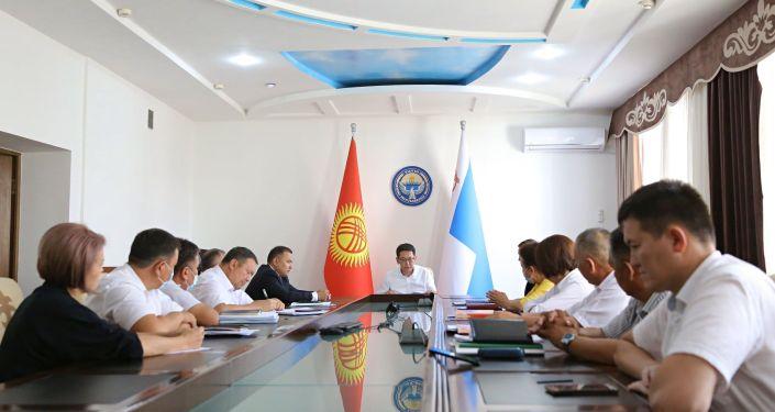 Мэр Оша Алмаз Мамбетов и новый вице-мэр Марс Исаев во время совещания. 06 сентября 2021 года