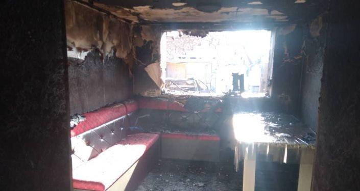 Последствия пожара жилого дома, станции техобслуживания и два легковых автомобиля Honda Odyssey и Volkswagen Bora в Караколе