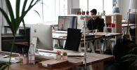 Сотрудник компании во время работы из офиса. Архивное фото
