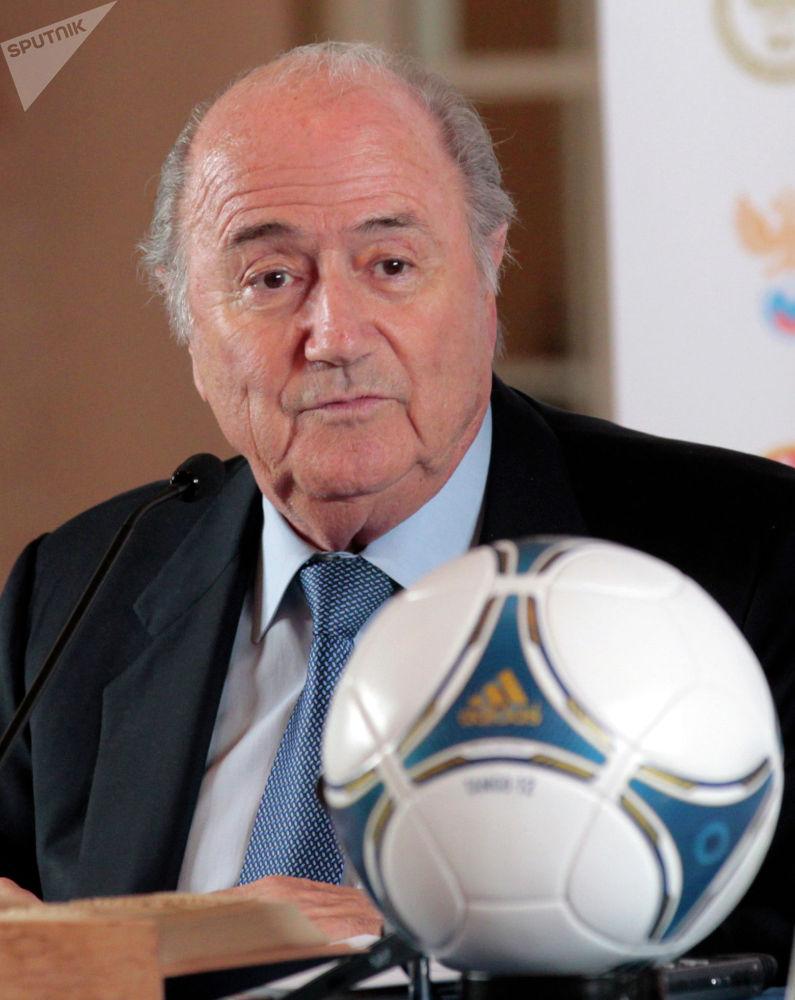 Ал эми Эл аралык футбол федерациясынын экс-президенти Йозеф Блаттер 2014-жылы Бишкекке келип кеткен.