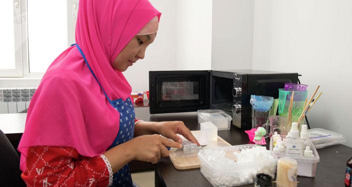 Коллега Аската Букарбаева, во время производства подарочного мыла
