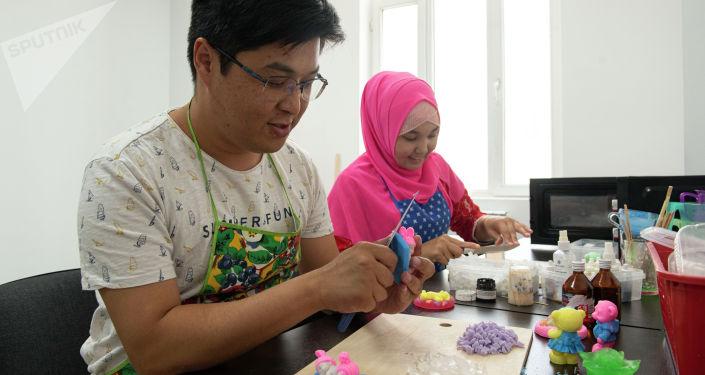 Аскат Букарбаев страдающий гемофилией и его коллега, во время производства подарочного мыла