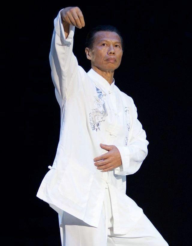 Кыргызстанга 1999-жылы кикбокс боюнча чемпионатка кытайлык белгилүү актер, культурист, согуш өнөрүнүн чебери Боло Енг да келген